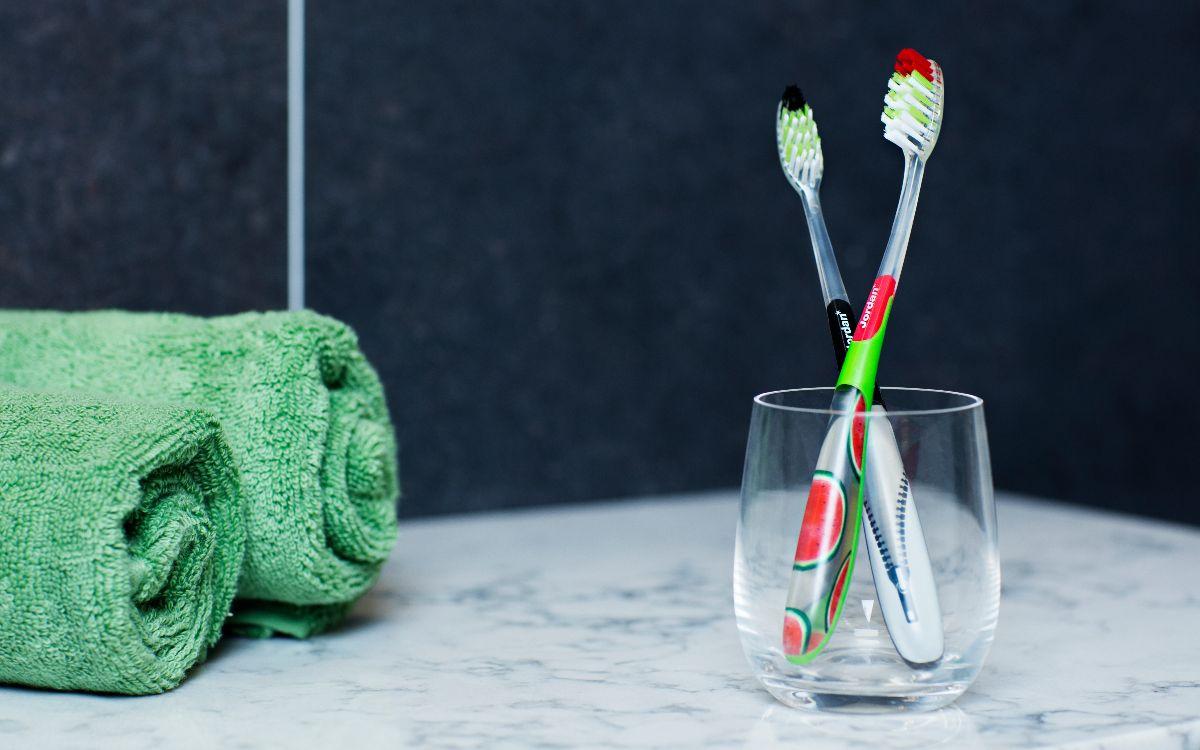 Gjenbruk den gamle tannbørsten din. FOTO